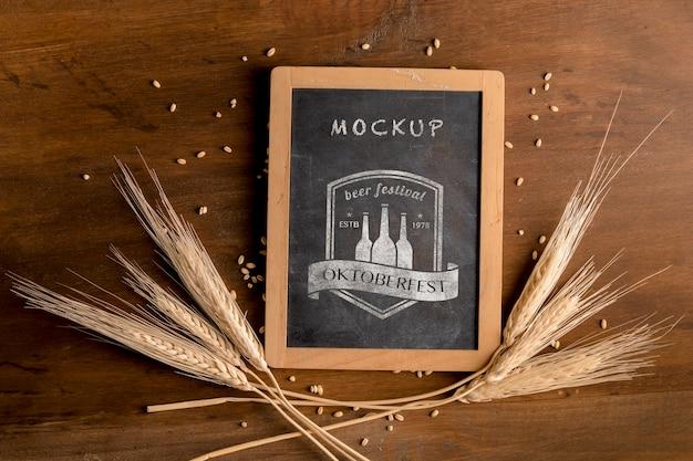 Quadro de mock-up oktoberfest rodeado de trigo