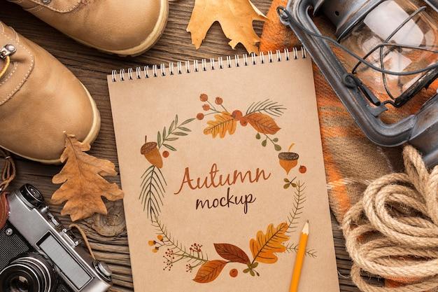 Quadro de objetos de outono e caderno