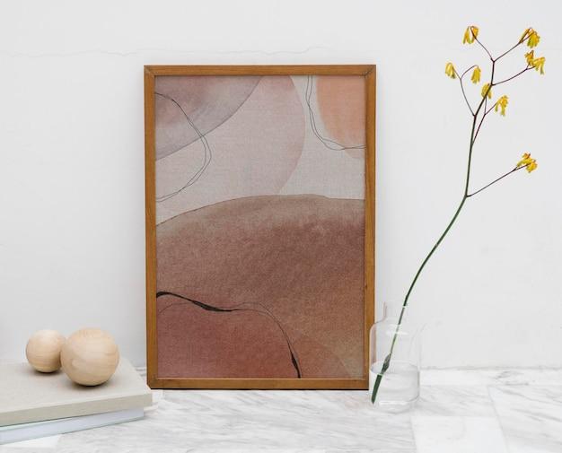 Quadro de padrão mínimo em uma maquete de mesa de mármore