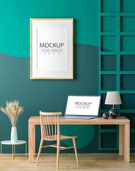 Quadro de pôster e laptop na maquete da sala de estar