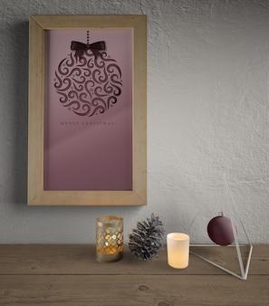 Quadro enganchado na parede com decorações de natal em