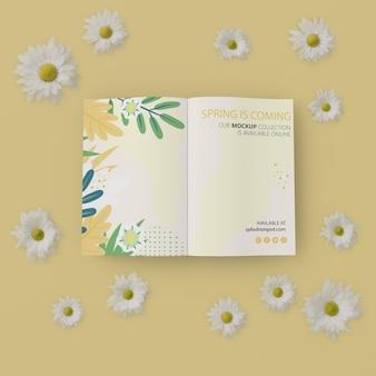 Quadro floral com cartão de primavera na mesa