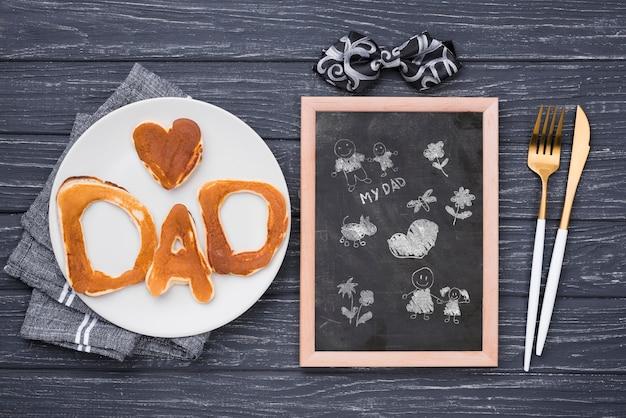 Quadro-negro com panquecas e talheres para o dia dos pais
