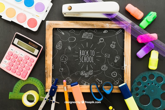 Quadro-negro e conjunto completo de materiais escolares