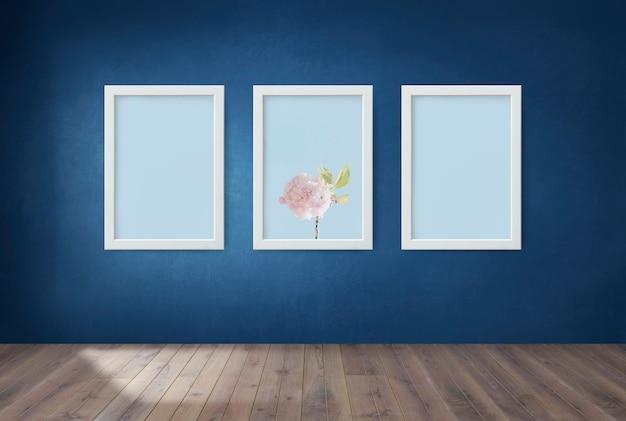 Quadros em uma parede azul