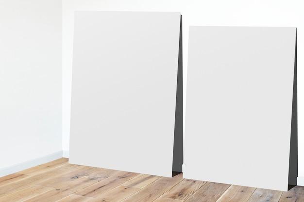 Quadros encostados a uma parede
