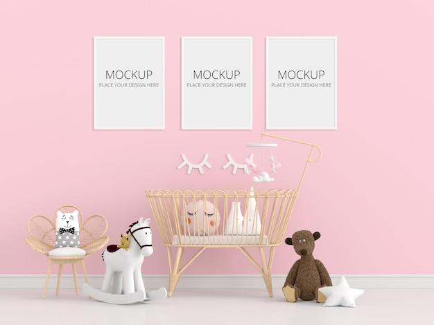 Quarto infantil rosa com maquete de quadros