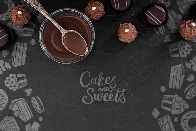 Rabiscos de bolos e doces e xícara de chocolate derretido