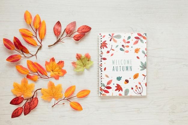 Ramos de folhas secas e bloco de notas