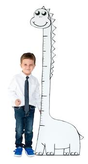 Rapaz ao lado da escala de crescimento