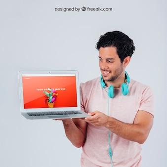 Rapaz feliz com modelo de laptop