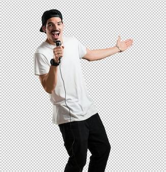 Rapper jovem homem feliz e motivado