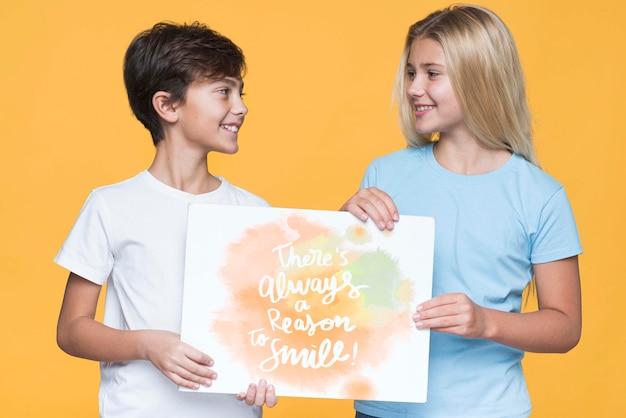 Razão para sorrir maquete de menino e menina
