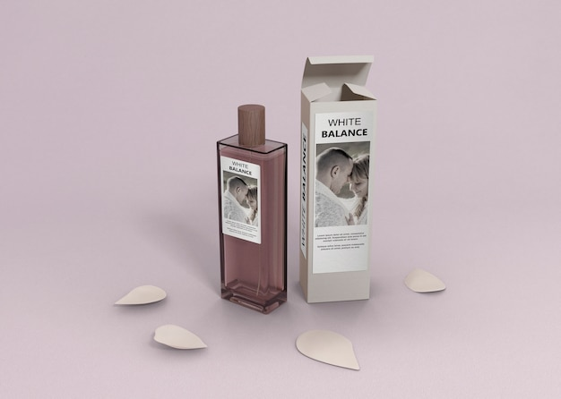 Recipiente de perfume na mesa com pétalas