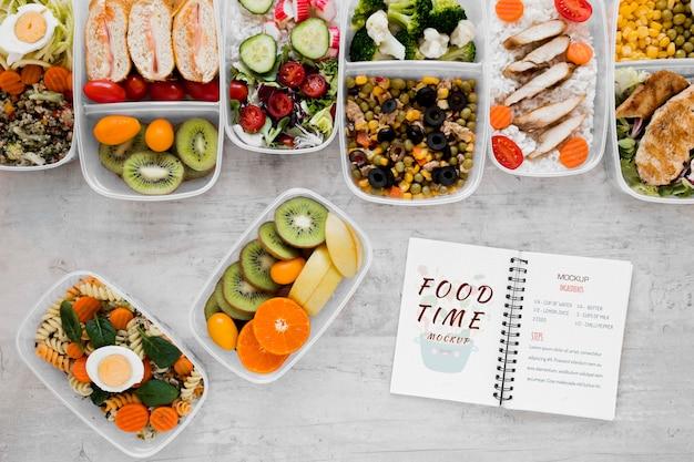 Refeições saudáveis e maquete de notebook