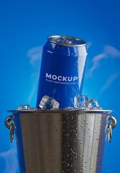 Renderização 3d de lata de bebida com cubo de gelo na maquete do balde de aço inoxidável