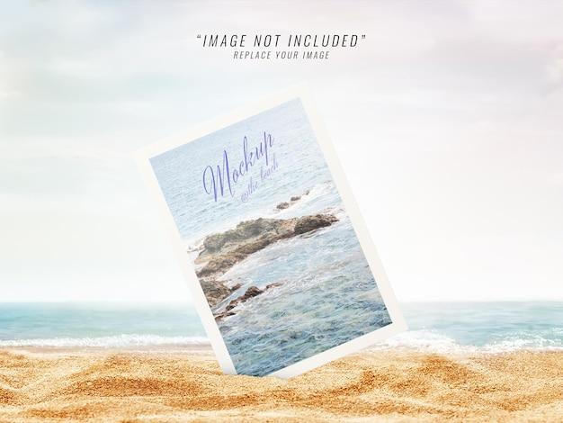 Renderização de maquete de praia de foto polaroid