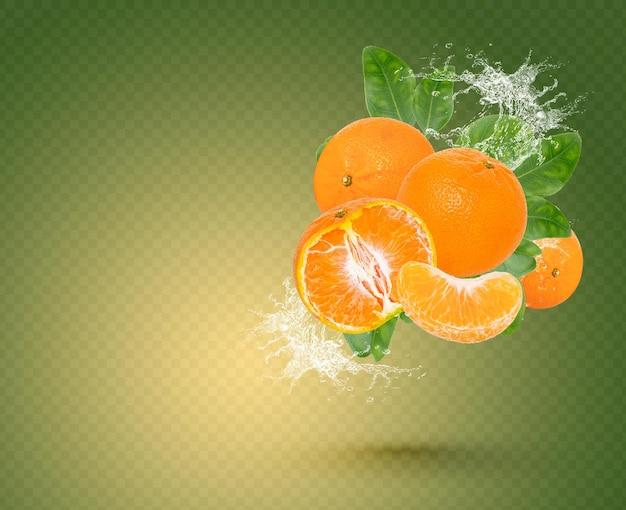Respingos de água em laranja com folhas isoladas em fundo verde. psd premium