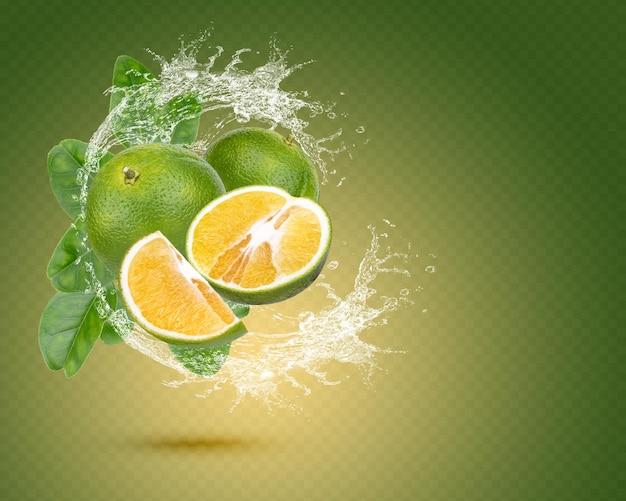 Respingos de água em laranja fresca com folhas isoladas em fundo verde. psd premium