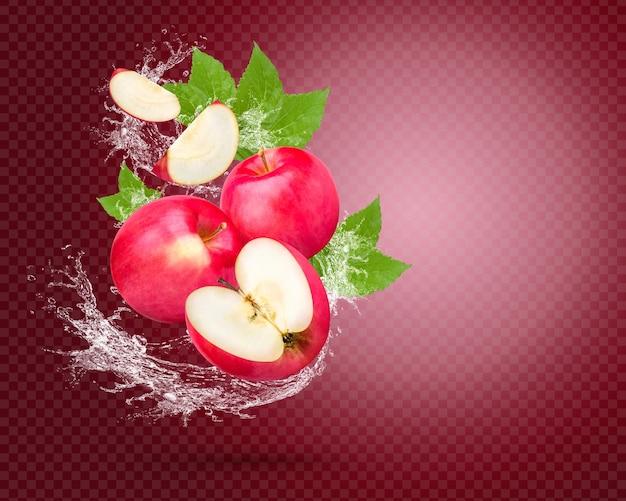 Respingos de água em maçã vermelha fresca com folhas isoladas em fundo vermelho premium psd