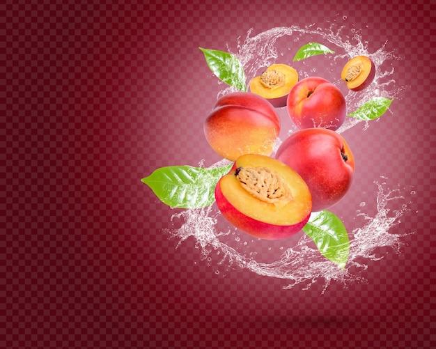 Respingos de água em nectarina fresca com hortelã isolada em fundo vermelho. psd premium