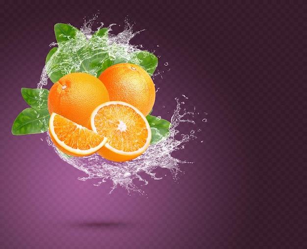 Respingos de água na laranja fresca com hortelã isolada no fundo roxo. psd premium