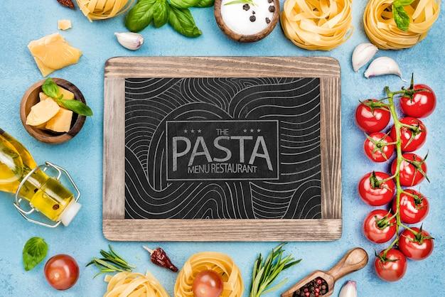 Restaurante de menu de massas com ingredientes