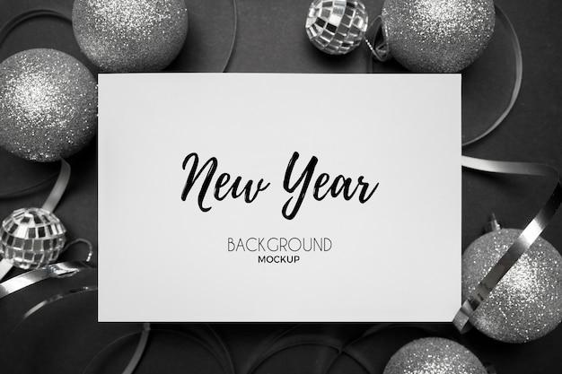 Restos de festa de ano novo com tons de prata em um elegante branco