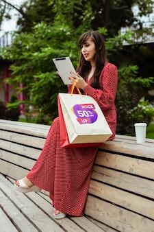 Retrato completo de mulher segurando o tablet