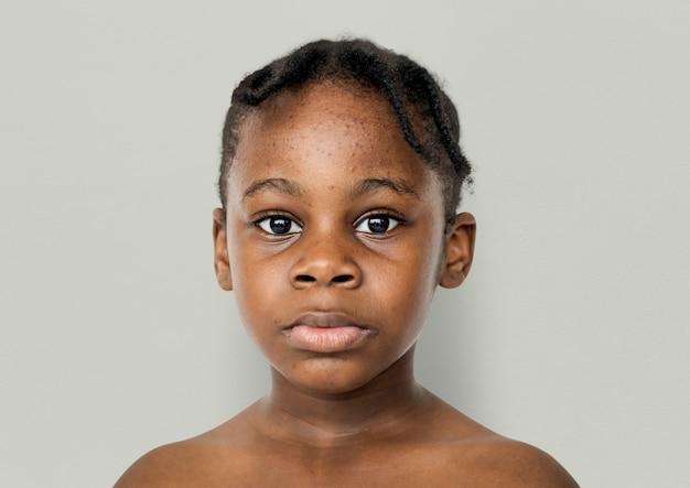 Retrato de criança africana atirar com cara de olhar