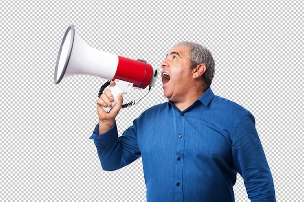 Retrato de homem maduro, gritando com o megafone