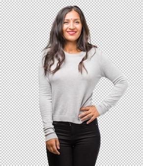 Retrato, de, jovem, indianas, mulher, com, mãos quadrils, ficar, relaxado, e, sorrindo