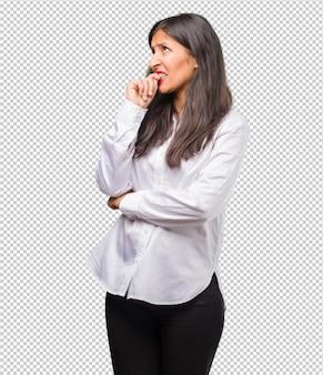 Retrato, de, jovem, indianas, mulher, morder, pregos