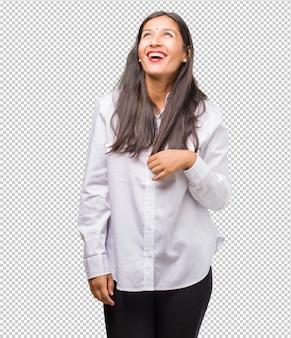 Retrato, de, jovem, indianas, mulher olha, cima, pensando, de, algo, divertimento, e, tendo, um, idéia