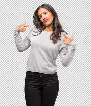 Retrato, de, jovem, indianas, mulher, orgulhoso, e, confiante, apontar dedos, exemplo, seguir