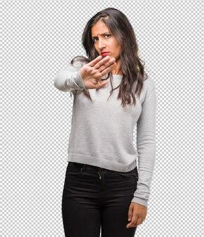 Retrato, de, jovem, indianas, mulher, sério, e, determinado, pôr mão, frente