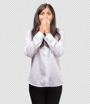 Retrato de jovem indiano muito assustado e com medo, desesperado por algo