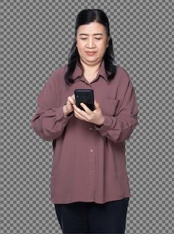 Retrato de meio corpo dos anos 60 70s mulher asiática idosa com cabelo preto camisa roxa, usar telefone inteligente digital. avó sênior usa bate-papo de telefone inteligente em muitas poses sobre o branco.
