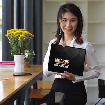 Retrato de mulher mostrando maquete de tablet digital