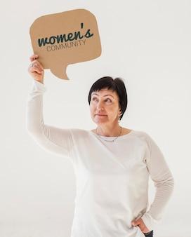 Retrato, de, mulher sênior, segurando, maquete, sinal