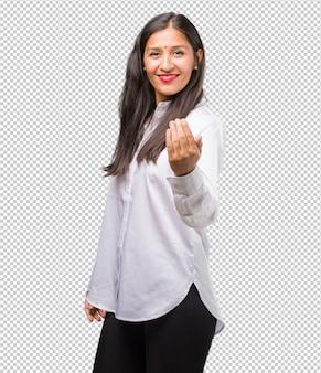 Retrato, de, um, jovem, indianas, mulher, convidando, para, venha, confiante, e, sorrindo, fazendo um gesto