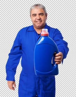 Retrato, de, um, mecânico, segurando, um, garrafa óleo