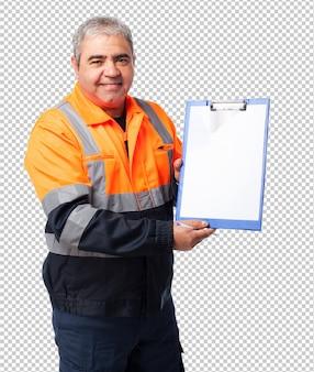 Retrato de um trabalhador maduro mostrando arquivos