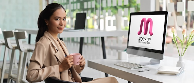 Retrato de uma empresária usando maquete de computador