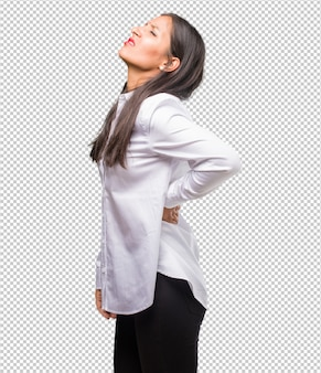 Retrato de uma jovem indiana com dor nas costas devido ao estresse no trabalho, cansado e astuto