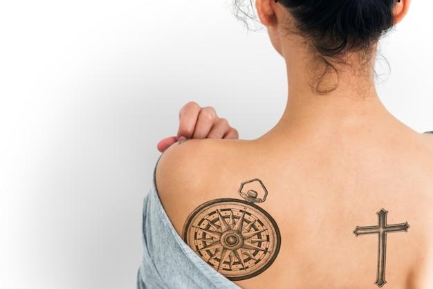 Retrato de vista traseira de uma mulher com uma tatuagem