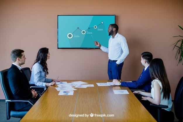 Reunião de negócios com maquete de tv
