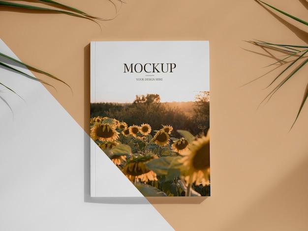 Revista com vista superior e sortimento de folhas