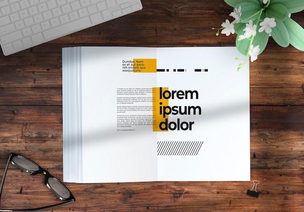 Revista em uma maquete de desktop com elementos deco