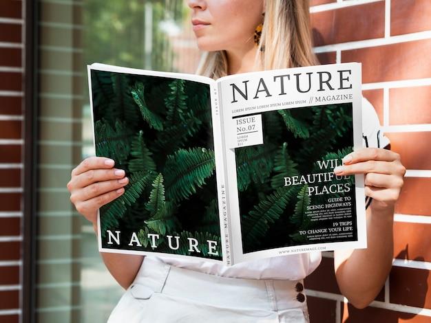 Revista lugares bonitos selvagens mock up